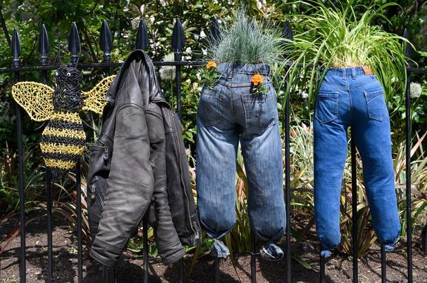 Duas calças jeans foram transformadas em vasos de plantas e flores em Londres (Foto: Leon Leal/AFP)