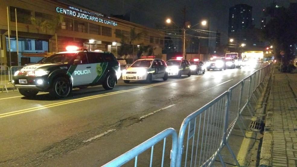 Polícia Militar deve controlar os acessos à área próxima ao prédio da Justiça Federal (Foto: Tony Mattoso/RPC)