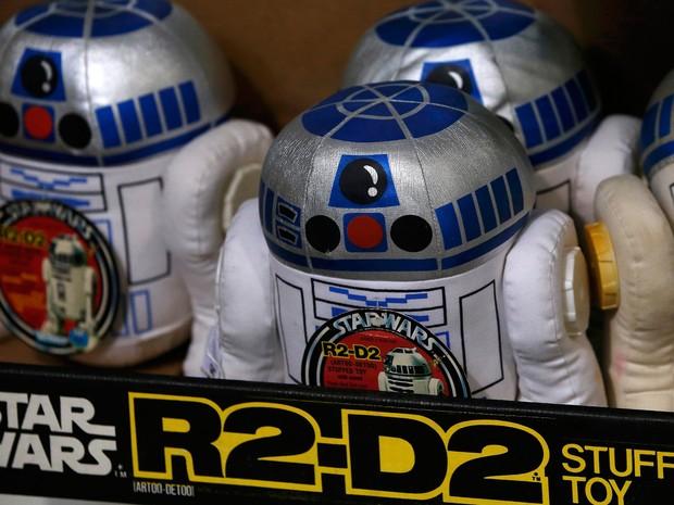 Uma bandeja de brinquedos de pelúcia R2-D2 em uma prateleira à frente de um leilão de Star Wars e brinquedos relacionados com cinema na casa de leilões Vectis em Stockton-on-Tees, na Grã-Bretanha  (Foto: Phil Noble/Reuters)