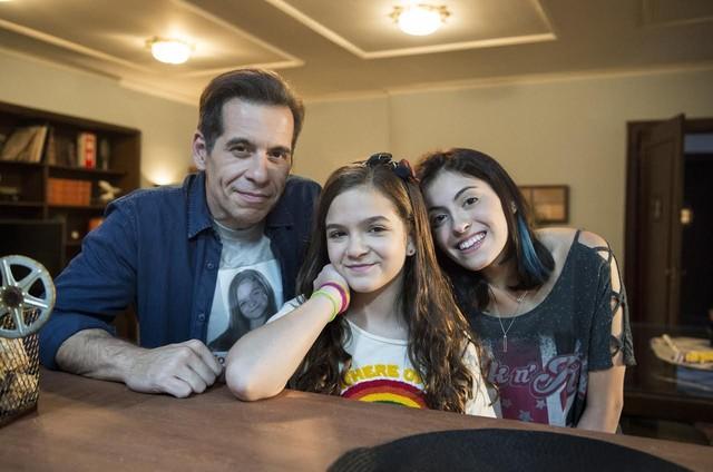 Leandro Hassum com Mel Maia e Pietra Hassum  (Foto: Estevam Avellar/Globo)