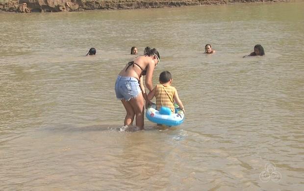 Banhistas devem se prevenir contra possíveis acidentes nos rios (Foto: Acre TV)