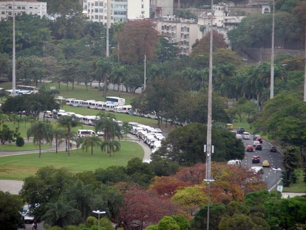 Vans ocupam duas faixas do Aterro do Flamengo nos dois sentidos desde a manhã desta quarta-feira (15) (Foto: Bernardo Tabak/G1)