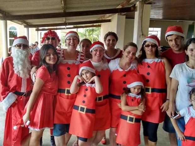 Amigas se reúnem com familiares todos os anos para projeto (Foto: Arquivo Pessoal/ Kátia Raskevicius)