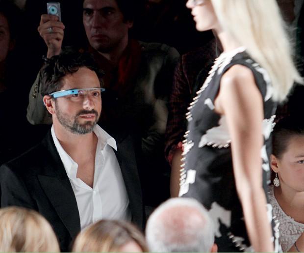 FUTURO Um dos fundadores do Google, Sergey Brin, usa o Google Glass para assistir a desfile. As tecnologias que permitem capturar imagens secretamente podem aumentar a insegurança (Foto: Carlo Allegri/Reuters)