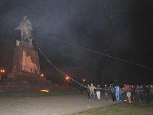 Manifestantes se preparam para derrubar estátua de Lênin em Kharkiv, na Ucrânia, neste domingo (28) (Foto: AP Photo/Sergey Kozlov)