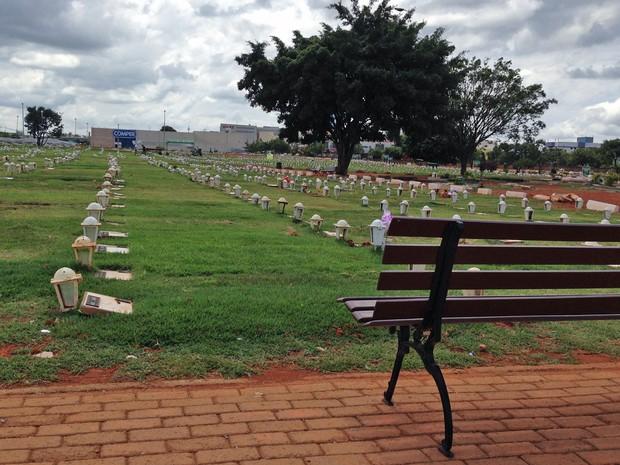 Jazigos do cemitério de Taguatinga, no Distrito Federal (Foto: Gabriel Luiz/G1)