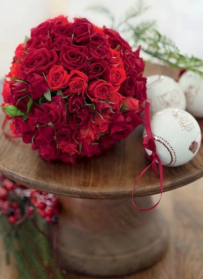 Uma bola de isopor espetada com rosas rende um arranjo que faz vista (Foto: Fotos Cacá Bratke/Editora Globo | Realização Cláudia Pixu | Produção Ellen Annora)