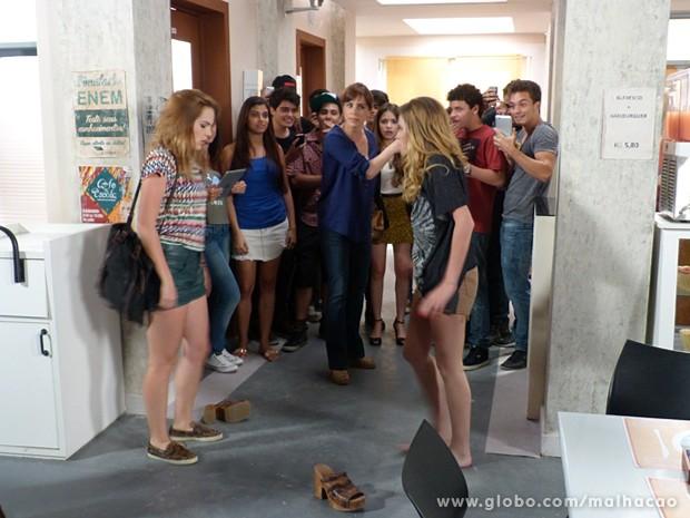 Raissa vê o barraco e manda Anita e Sofia irem para a sala dela (Foto: Malhação / TV Globo)