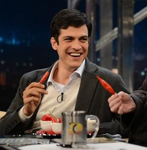 Mateus Solano devora uma pimenta dedo-de-moça (TV Globo/Programa do Jô)