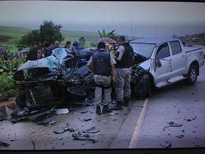 Motorista do Gol não resistiu e morreu no local do acidente.  (Foto: Reprodução/TV Gazeta)