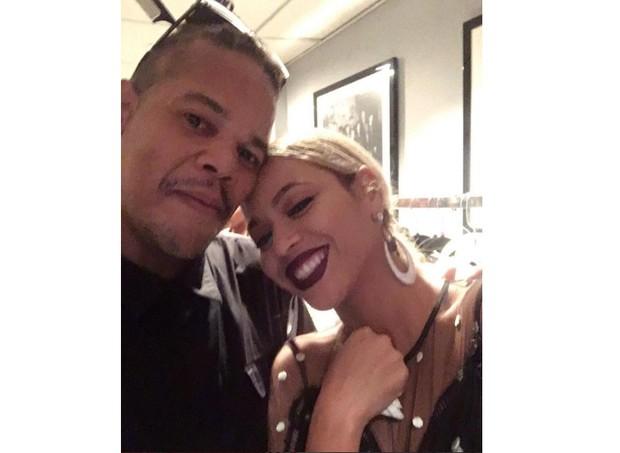 """O cabeleireiro de Beyoncé fez uma postagem que acendeu os boatos. Na legenda da foto, ele escreveu: """"Espere aí, mamãe!"""" (Foto: Reprodução/Instagram)"""