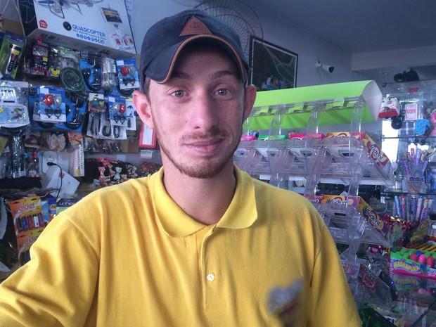 Atendente Marcos Van Bastos, de 23 anos, não achou ruim a falta de opção para votação Vianópolis, Goiás (Foto: Vanessa Martins/G1)