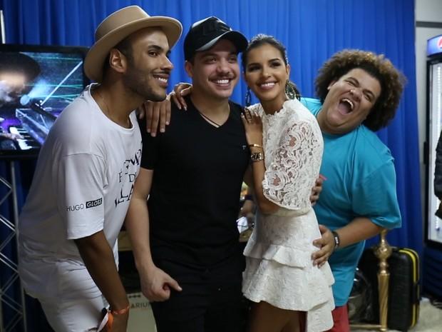 Hugo Gloss, Mariana Rios e Gominho tietam Wesley Safado no Villa Mix Goinia (Foto: Multishow)
