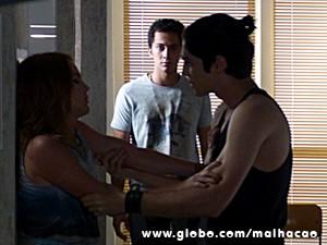 Antônio tenta agarrar Anita no colégio (Foto: Malhação / TV Globo)