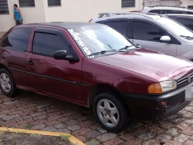 Carro usado pelos suspeitos no roubo do posto (Foto: Maiara Barbosa/G1)