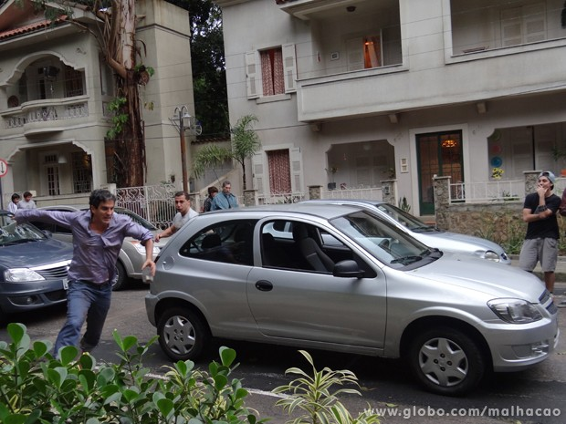 Kkkkkkk... Abelardo foge do motorista!!! Figura!!! (Foto: Malhação/TV Globo)