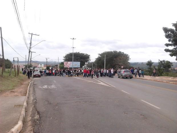 Alunos interditaram a principal entrada da cidade durante o protesto. (Foto: Cláudio Nascimento / TV TEM)