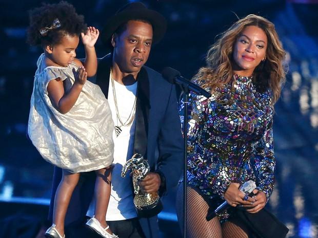 Com a filha Ivy Blue, Jay-Z participa de homenagem para a esposa Beyonce durante MTV Video Music Awards 2014 (Foto: Mario Anzuoni/Reuters)