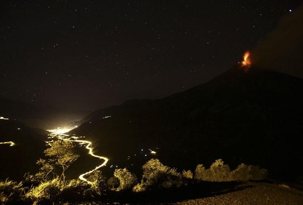 A cidade de Banos, em Tungurahua, é atingida por cinzas do vulcão (Foto: Gary Granja/Reuters)