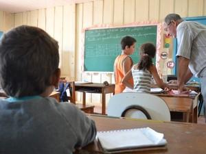 Alunos de diferentes séries dividem o mesmo ambiente em escola da Zona Rural (Foto: Flávio Godoi/G1)