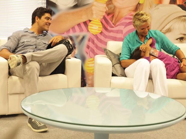 Ao lado de Junno, Xuxa ganha presente fofo (Foto: TV Xuxa / TV Globo)