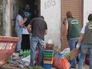 Equipe da Vigilância recolheu produtos vencidos e inadequados (Foto: Reprodução/ TV TEM)