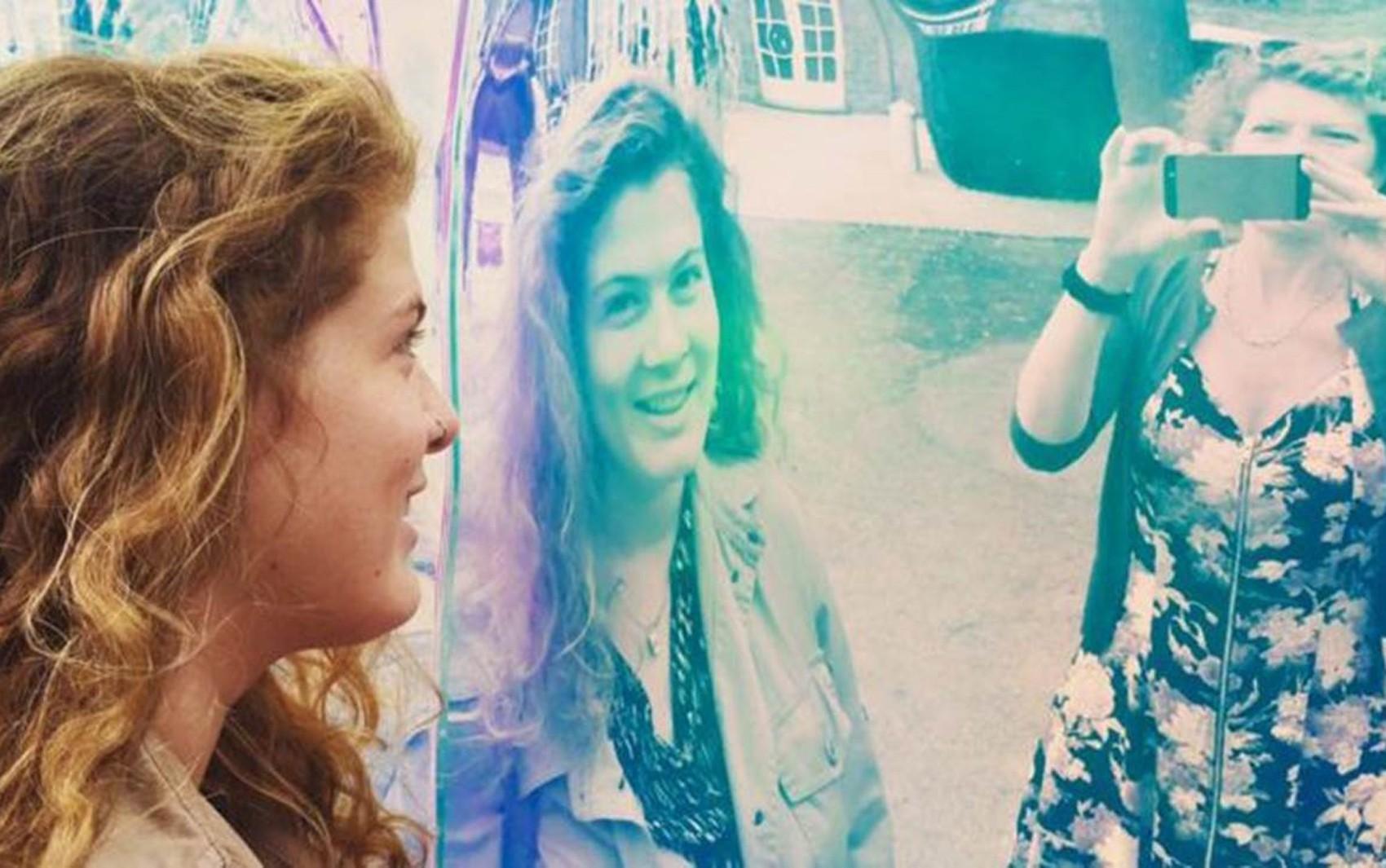 Evie Prichard (à esq.) às vezes tem dificuldade para reconhecer a mãe, Mary Ann Sieghart (à dir.), e até a si própria (Foto: Evie Prichard/BBC)
