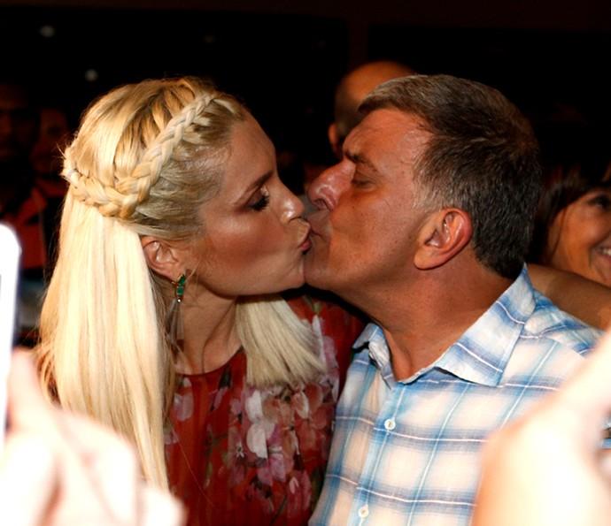 Flávia Alessandra e o diretor Jorge Fernando trocam selinho (Foto: Inácio Moraes/Gshow)