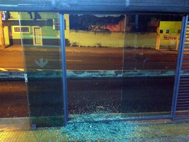 Porta da Estação 5 de ônibus também foi destruída (Foto: Gullit Pacielle/G1)