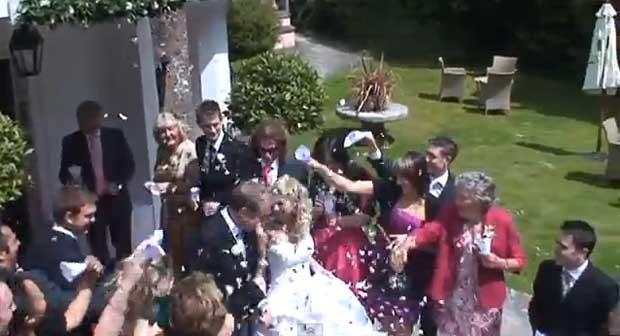 Avó se confunde e joga bebida em noiva ao invés de confetes (Foto: Reprodução/YouTube/Darren Nock)