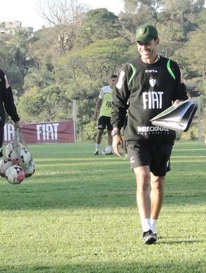 técnico Milagres durante treino do América (Foto: Gabriel Medeiros / Globoesporte.com)