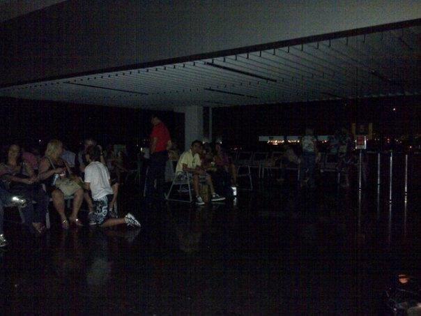 Aeroporto Galeão ficou às escuras na noite desta quarta-feira (26) (Foto: Arquivo pessoal)