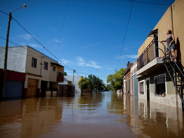 Moradora de Concordia, na Argentina, observa enchente na cidade devido à cheia do rio Uruguai (Foto: Natacha Pisarenko/AP)