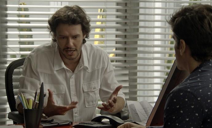 Henrique não se conforma com a decisão do amigo de terminar com Shirlei (Foto: TV Globo)