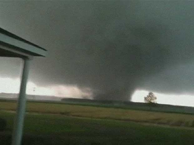 Tornado vem deixando um rastro de destruição nos EUA. (Foto: BBC)