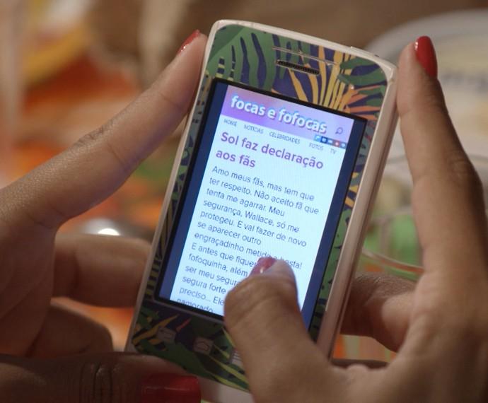 A cantora não se aguenta e responde o site de fofocas (Foto: TV Globo)