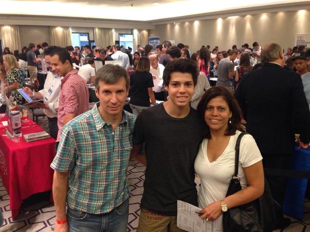 EducationUSA trouxe 86 universidades americanas a São Paulo. Rodrigo Queiroz Barbosa, ao lado dos pais Jandir e Elisabete, já faz aulas de highschool em SP, no contraturno do ensino médio de uma escola particular. (Foto: Ana Carolina Moreno/G1)