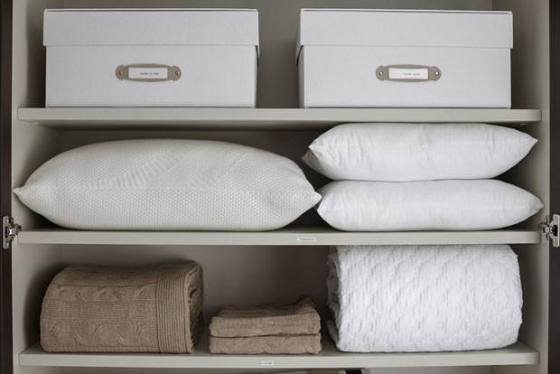 Aprenda como organizar itens de cama e banho no guarda-roupa (Foto: Julio Acevedo)