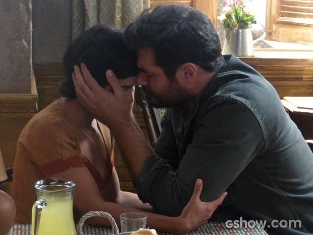 Morena pede perdão a Toni e os dois se abraçam (Foto: Joia Rara/TV Globo)
