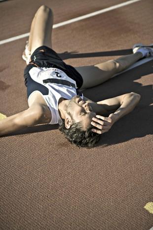 Corredor exausto no chão euatleta (Foto: Getty Images)