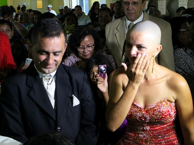 Noiva se emociona durante cerimônia de casamento realizada em hospital (Foto: Romulo de Sousa/G1 AM)