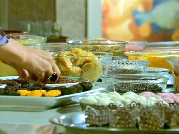 Jáqui mistura diferentes ingredientes em seus doces (Foto: Amor Eterno Amor/TV Globo) (Foto: Amor Eterno Amor/TV Globo)
