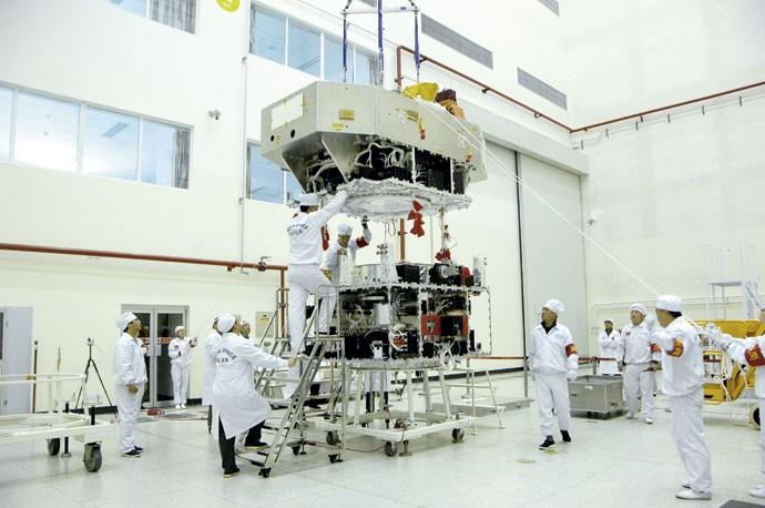SINO-BRASILEIRO: Satélite brasileiro CBERS-4 passando pelos testes finais na China, já na fase de preparação para o lançamento, marcado para dezembro (Foto: Divulgação/INPE)