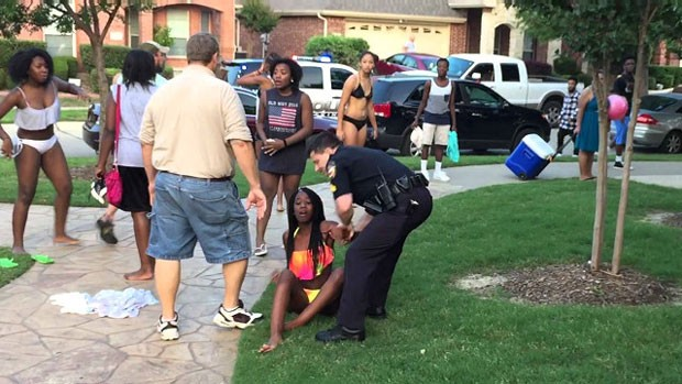 As imagens foram gravadas com um telefone celular durante uma festa em uma piscina comunitária na cidade de McKinney, no Estado do Texas (Foto: BBC)