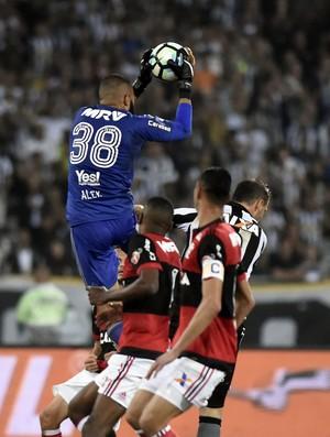 Lance Muralha Carli Botafogo x Flamengo Copa do Brasil Nilton Santos (Foto: André Durão )