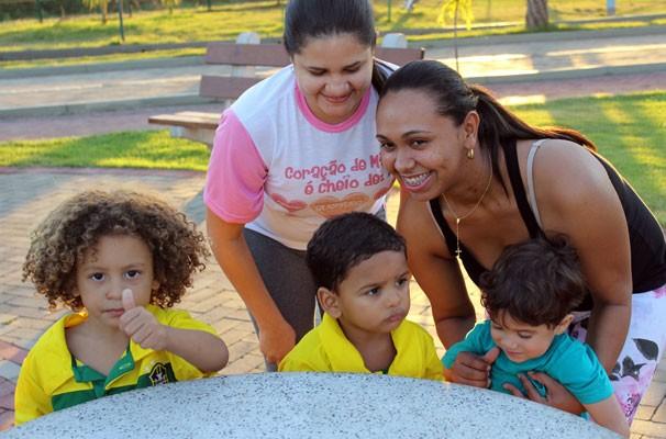 Lian e Murilo, sócias mirins de Thiago Silva e David Luiz, são assediados por fãs no Parque Potycabana (Foto: Josiel Martins/GE Piauí)