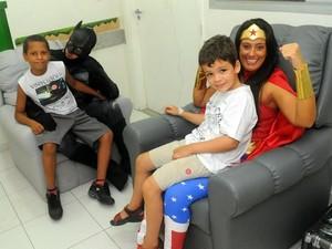 Mulher Maravilha e Batman conversam com pacientes no HFC em Piracicaba (Foto: Antonio Trivelin/Divulgação)