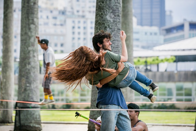 Eliza quse cai... Ainda bem que tem o Jonatas, né? (Foto: Isabella Pinheiro / Gshow)