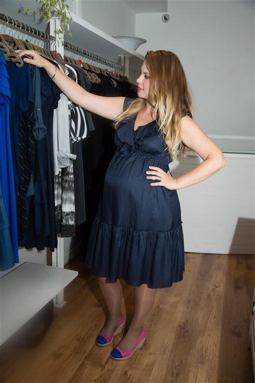 Carolinie Figueiredo escolhe roupas para a reta final da gestação (Foto: Alexandre Alves / divulgação)