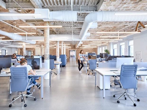 A área convencional de trabalho é espaçosa e tem tijolinhos aparentes (Foto: Reprodução)